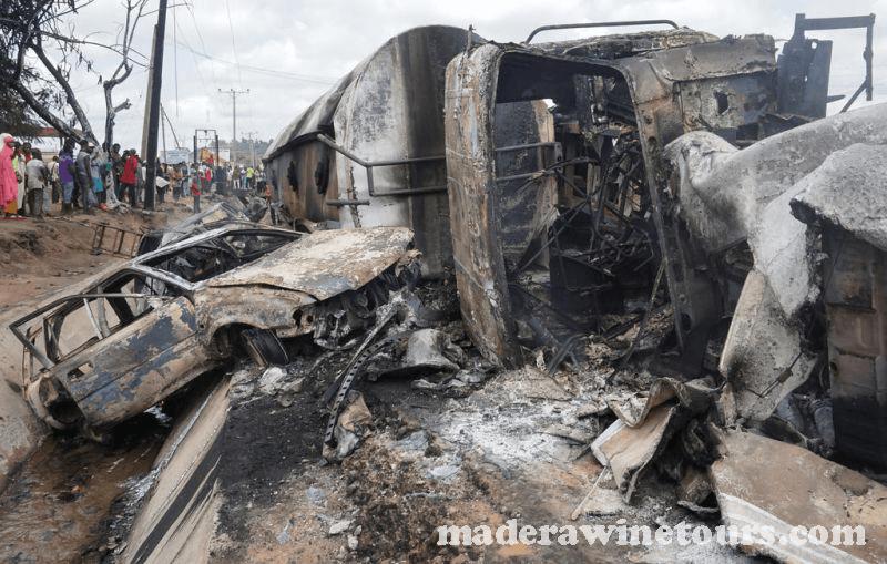 รถบรรทุกน้ำมัน ประเทศไนจีเรีย พุงเข้าชนกับฟุตบาทของถนนทำให้มีผู้เสียชีวิตอย่างน้อย 23 คนหลังจากรถได้พลิกคว่ำลงทำให้เกิดไฟประทุขนาดใหญ่และพลุกพล่านในรัฐโคกีทางตอนกลางประเทศไนจีเรีย