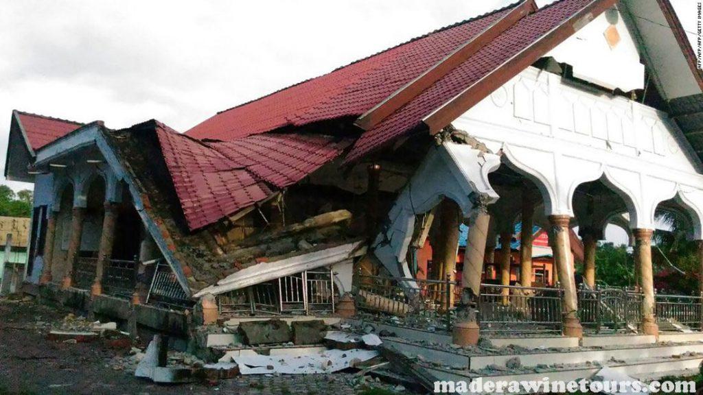 Dozens killed เจ้าหน้าที่ระบุว่ามีผู้เสียชีวิตอย่างน้อย 34 รายและได้รับบาดเจ็บอีกกว่า 600 รายหลังเกิดแผ่นดินไหวขนาด 6.2 และโค่นล้มอาคารในเกาะ