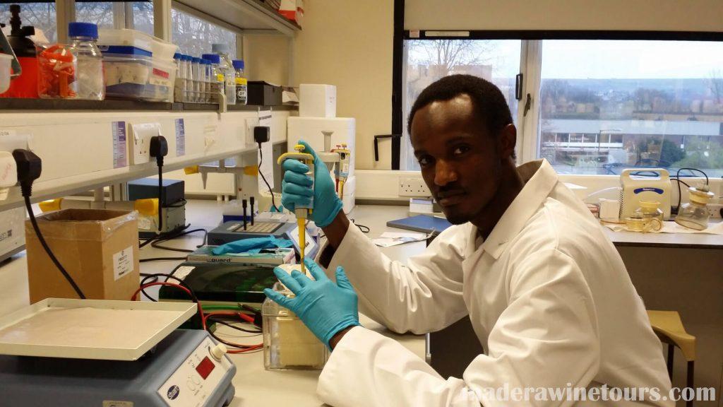 Nigerian scientist ได้ใช้เวลาช่วงวันหยุดในห้องปฎิบัตการของเขาในการหาลำดับพันธุกรรมเพื่อเรียนรู้เพิ่มเติมเกี่ยวกับตัวแปร COVID – 19