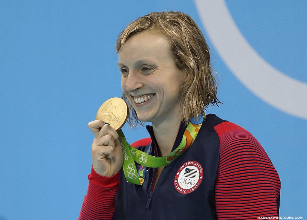 Katie Ledecky ก็คว้าเหรียญทองเหรียญแรกของเธอในการแข่งขันกีฬาโอลิมปิกที่โตเกียว โดยคว้าอันดับที่ 1 ในการแข่งขันฟรีสไตล์ 1,500 เมตร