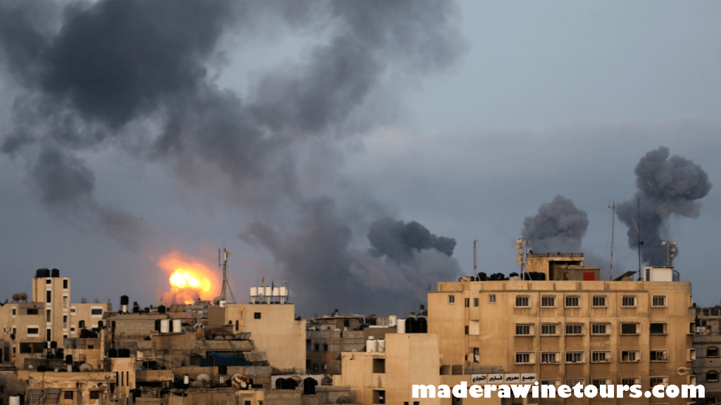 Israel hits เครื่องบินของอิสราเอลได้โจมตีหลายเป้าหมายในฉนวนกาซาที่ถูกปิดล้อม หลังจากปล่อยจรวดไปยังอิสราเอล นับเป็นคืนที่สามของการ